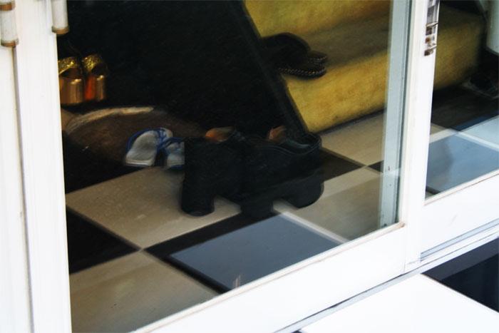 Chaussures à semelles (très) hautes de prostituée coréenne derrière une vitrine dans une rue de Yongsan.